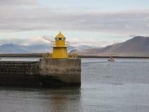 Faro del amarillo del puerto de Reykjavik Imagen de archivo libre de regalías