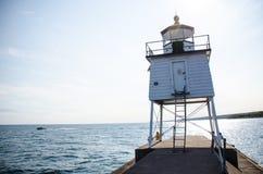 Faro del este del rompeolas de dos puertos, en bahía de la ágata en el lago Superior foto de archivo
