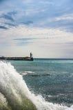 Faro del mar durante la resaca imagenes de archivo