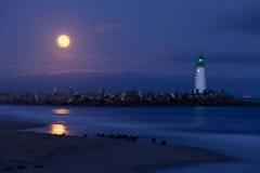 Faro del puerto de Santa Cruz por noche foto de archivo