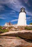 Faro del punto de Pemaquid encima de la costa rocosa dramática fotografía de archivo libre de regalías