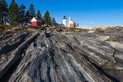 Faro del punto di Pemaquid sopra le formazioni rocciose costiere rocciose sopra fotografia stock libera da diritti