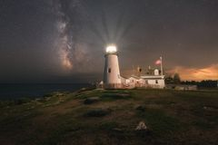 Faro del punto di Pemaquid sotto la galassia della Via Lattea immagine stock libera da diritti