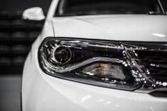 Faro dell'automobile bianca moderna con l'ottica del xeno e piombo Immagini Stock