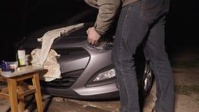 Faro dell'automobile che lucida nel video del timelapse del garage stock footage
