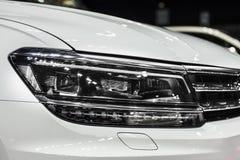 Faro dell'automobile moderna bianca con l'ottica del xeno e piombo Immagini Stock Libere da Diritti