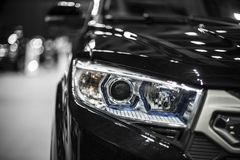 Faro dell'automobile moderna nera con l'ottica del xeno e piombo Fotografie Stock