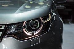 Faro dell'automobile sportiva moderna di SUV dell'incrocio con l'ottica del xeno e piombo Immagine Stock Libera da Diritti