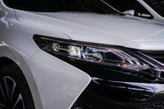 Faro dell'automobile sull'automobile bianca fotografia stock libera da diritti