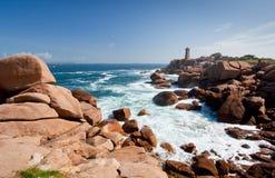 Faro della Rosa sul litorale dentellare del granito in Francia Immagine Stock