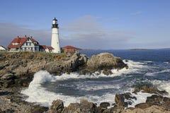 Faro della testa di Portland, marea di Maine.Incoming Fotografie Stock