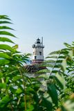 Faro dello Sleepy Hollow con le foglie ed i cespugli nella priorità alta un bello giorno soleggiato, Sleepy Hollow, Upstate nuovo immagine stock libera da diritti