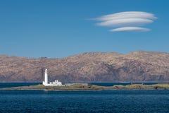 Faro di Eilean Musdile in Scozia, con paesaggio dell'altopiano nei precedenti immagine stock