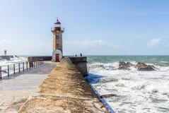 Faro di Felgueiras con il mare coraggioso alla foce del Duero in Por Fotografia Stock