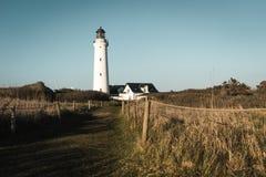 Faro di Hirtshals Fyr nel paesaggio del nord della Danimarca nel tramonto Fotografie Stock Libere da Diritti