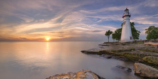 Faro di Marblehead sul lago Erie, U.S.A. ad alba immagini stock