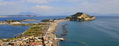 Faro di Miseno della spiaggia e del capo di Procida, Napoli fotografia stock libera da diritti