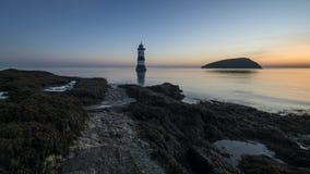 Faro di Penmon all'alba della primavera video d archivio