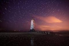 Faro di Talacre alla notte con le tracce della stella Immagine Stock