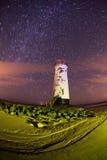 Faro di Talacre alla notte con le tracce della stella Immagini Stock Libere da Diritti