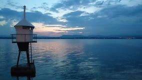 Faro dopo il tramonto immagini stock libere da diritti