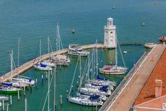 Faro e barche vicino all'isola di San Giorgio Maggiore, dentro fotografia stock