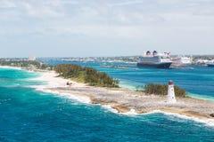 Faro e due navi da crociera Immagine Stock