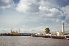 Faro e navi ancorate in Kronštadt Immagine Stock Libera da Diritti