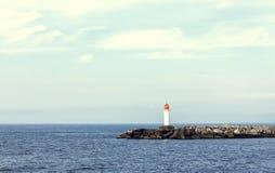 Faro e pilastro bianchi della pietra Fotografia Stock Libera da Diritti