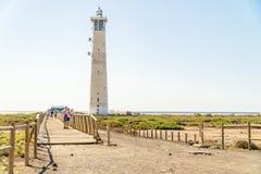Faro e ponte di legno con i turisti in Morro Jable, Fuerteventura, Spagna immagine stock libera da diritti