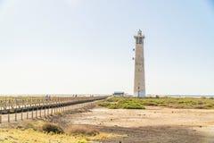 Faro e ponte di legno con i turisti in Morro Jable, Fuerteventura, Spagna immagine stock