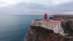 Faro e scogliere di vista aerea a capo St Vincent al tramonto Sagres, Algarve, Portogallo archivi video