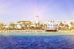 Faro ed hotel sulla spiaggia, Sinai, Mar Rosso, Sharm el-Sheikh, Egitto Fotografie Stock Libere da Diritti