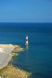 Faro ed il mare, Inghilterra del sud, Regno Unito immagini stock libere da diritti