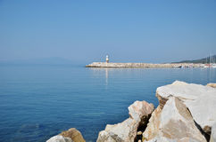 Faro ed il molo della città di Kucukkuyu Fotografia Stock