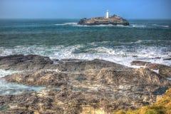 Faro ed isola con il mare che si rompe sopra le rocce Godrevy Cornovaglia Inghilterra HDR colourful BRITANNICO Immagine Stock