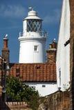 Faro ed uccelli marini di Southwold al centro balneare inglese immagini stock libere da diritti