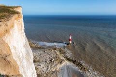 Faro el al frente con playas, Sussex del este, Reino Unido Imagen de archivo libre de regalías