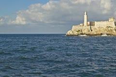 Faro en Castillo del Morro, fuerte del EL Morro, a través del canal de La Habana, Cuba Fotos de archivo