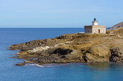 Faro en Costa Brava mediterráneo foto de archivo