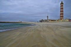 Faro en el borde de la playa Foto de archivo libre de regalías
