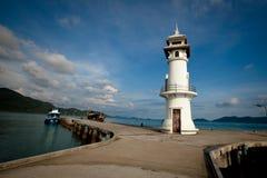 Faro en el embarcadero del mar Fotos de archivo libres de regalías