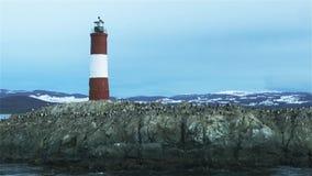 Faro en el extremo del mundo, en Ushuaia, canal del beagle, la Argentina metrajes