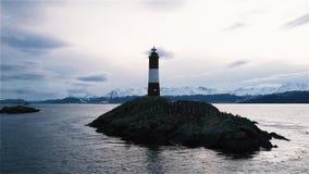 Faro en el extremo del mundo, en Ushuaia, canal del beagle, la Argentina almacen de metraje de vídeo