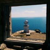 Faro en el mar en Crimea imagenes de archivo