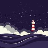 Faro en el mar de la noche. Foto de archivo