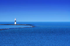 Faro en el Océano Atlántico Foto de archivo