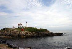 Faro en el pen¢asco de Maine Foto de archivo libre de regalías