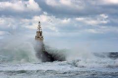 Faro en el puerto de Ahtopol, el Mar Negro, Bulgaria Foto de archivo