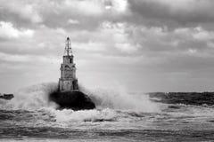 Faro en el puerto de Ahtopol, el Mar Negro, Bulgaria, blanco y negro Foto de archivo